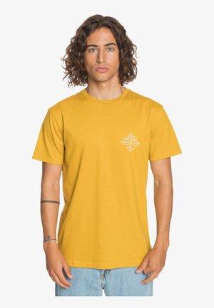 BEFORE LIGHT - Print T-shirt - honey