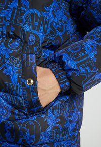 Versace Jeans Couture - LONG DOWN JACKET - Daunenmantel - black/blue - 6