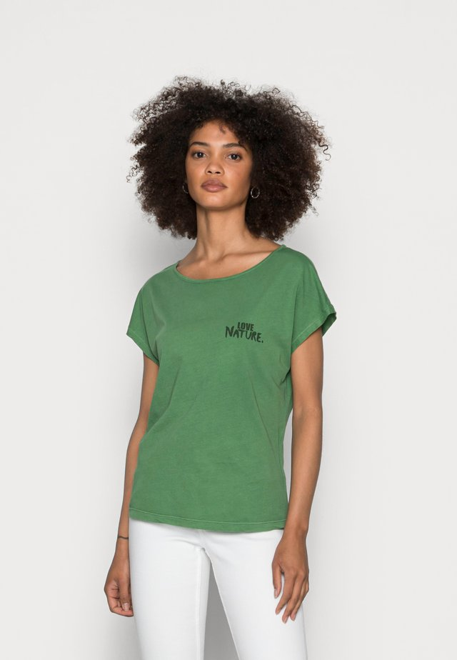 SHORT SLEEVE BOAT-NECK ARTWORK ON CHEST - Basic T-shirt - meadow grass