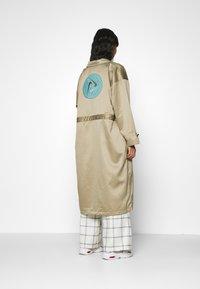 Nike Sportswear - W NSW ICN CLSH LNG JKT SATIN - Veste légère - mystic stone - 2