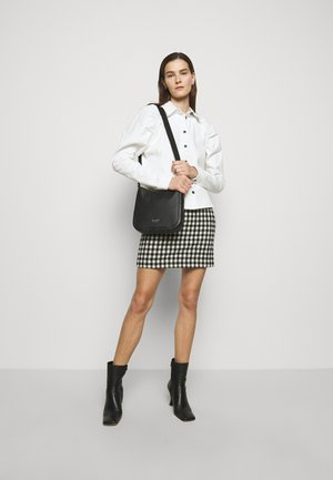 MEDIUM MESSENGER - Across body bag - black