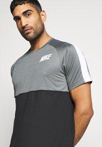 Nike Performance - DRY - Camiseta estampada - black/smoke grey/white - 5