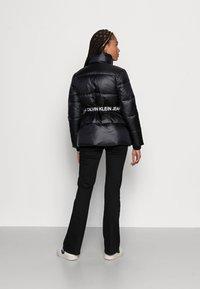 Calvin Klein Jeans - LOGO BELT WAISTED SHORT PUFFER - Winter jacket -  black - 4