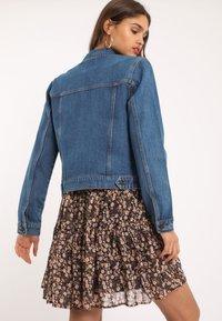 Pimkie - PIMKIE DUNKLE - Giacca di jeans - blau - 2