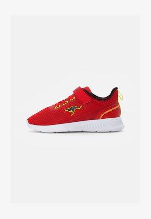 STICK - Sneaker low - fiery red/jet black