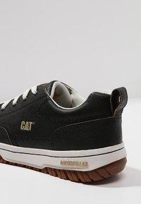 Cat Footwear - DECADE - Sznurowane obuwie sportowe - black - 5