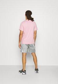 Nike Performance - TEE CREW SOLID - T-shirts basic - pink glaze - 2