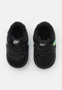 Nike Sportswear - FORCE 1 CRIB UNISEX - Babyschoenen - black/multicolor/white - 3