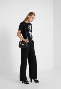KARL LAGERFELD - T-shirts med print - black - 1