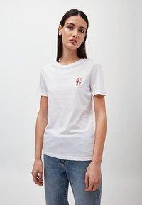 ARMEDANGELS - T-SHIRT AUS BIO-BAUMWOLLE LIDAA BEST FRIENDS - Print T-shirt - white - 0