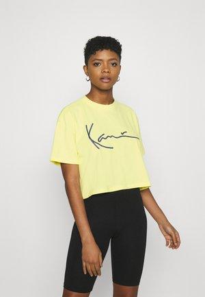 SIGNATURE TEE - Print T-shirt - lime
