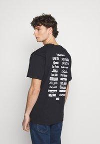 HUF - PLAYBOY CLUB TOUR TEE - Camiseta estampada - black - 2