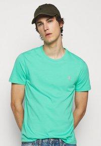 Polo Ralph Lauren - CUSTOM SLIM FIT JERSEY CREWNECK T-SHIRT - Basic T-shirt - sunset green - 3
