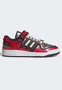 adidas Originals - FORUM LOW SIMPSONS DUFF UNISEX - Zapatillas - red/core black/ftwr white - 9
