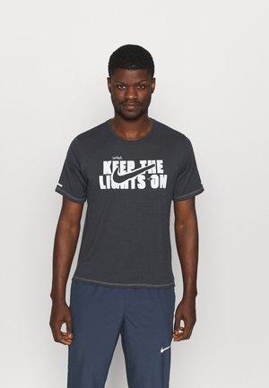 MILER - T-shirt z nadrukiem - off noir/photon dust