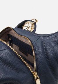 MICHAEL Michael Kors - LILLIE CHAIN TOTESMALL - Handbag - navy - 3