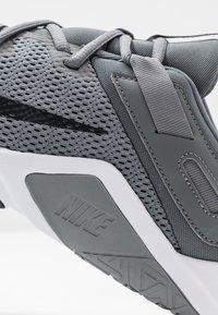 Nike Performance - LEGEND ESSENTIAL - Gym- & träningskor - smoke grey/dark smoke grey/particle grey - 5