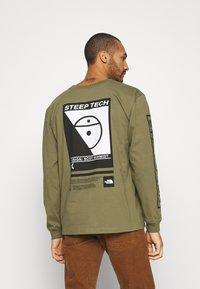 The North Face - STEEP TECH TEE UNISEX - Camiseta de manga larga - burnt olive green - 2