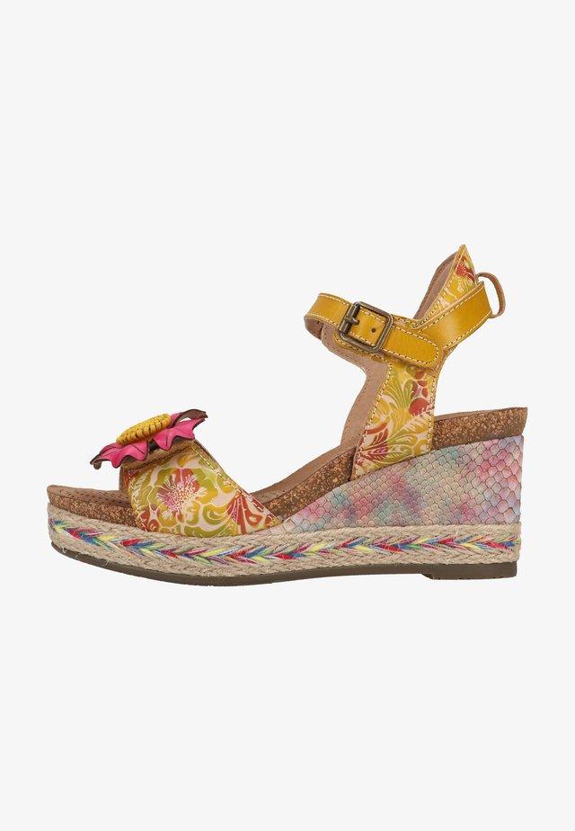 Sandály na klínu - jaune