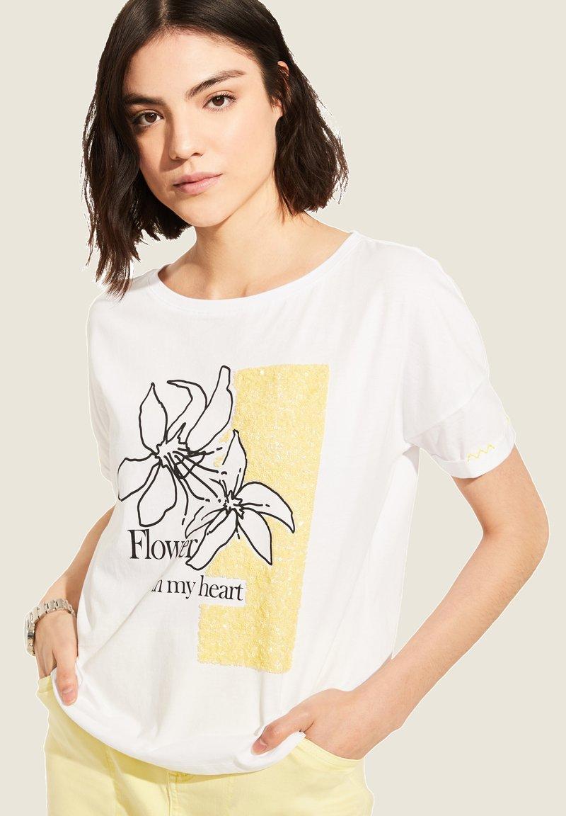 comma casual identity - MIT SKIZZEN-PRINT - Print T-shirt - white