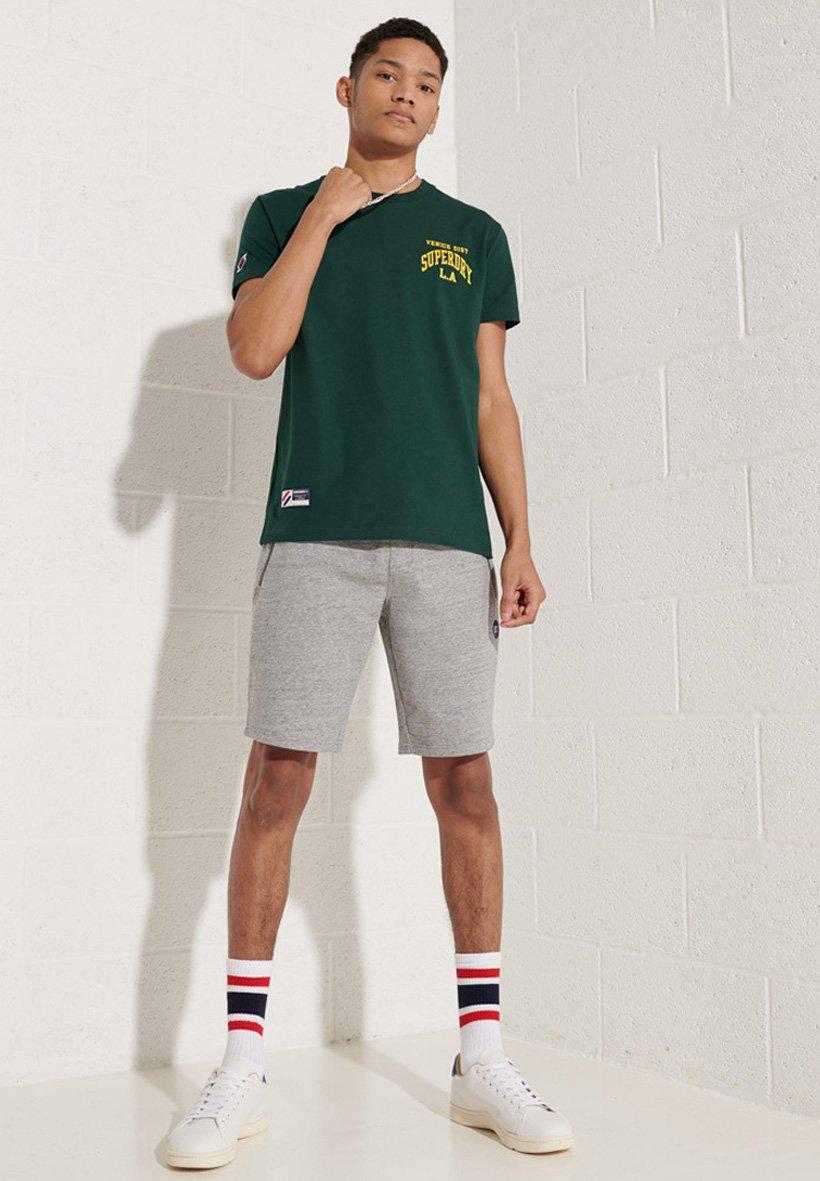Herren VARSITY ARCH  - T-Shirt print
