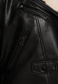 Vero Moda Curve - VMFALLLEAONIE SHORT JACKET - Imitert skinnjakke - black - 6