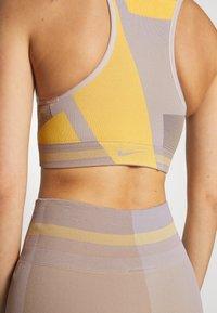 Nike Performance - SEAMLESS BRA - Sujetador deportivo - pale ivory/laser orange/sapphire - 4