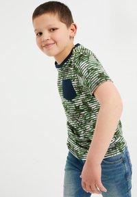 WE Fashion - MET STREEP- EN BLADERENDESSIN - T-shirt con stampa - green - 1