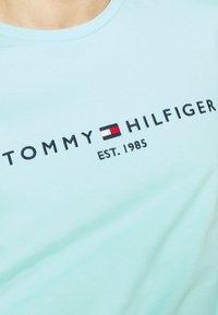 Tommy Hilfiger - LOGO TEE - T-shirt z nadrukiem - miami aqua - 5