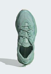 adidas Originals - OZWEEGO - Trainers - green - 3