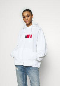 Tommy Hilfiger - UNISEX LEWIS HAMILTON RED BOX LOGO HOODY - Hoodie - white - 3