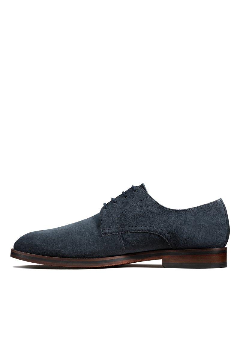 Clarks - OLIVER LACE - Chaussures à lacets - dunkelblaues veloursleder
