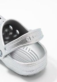 Crocs - CLASSIC GLITTER  - Ciabattine - silver - 2