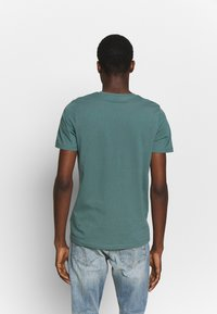 Jack & Jones - JCOPHOENIX  CREW NECK - Print T-shirt - north atlantic - 2