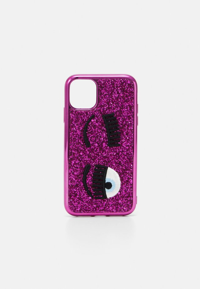 GLITTER FLIRTING CASE IPHONE 11 - Mobiltasker - fuxia