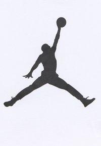 Jordan - SHORT SLEEVE GRAPHIC  - T-shirt z nadrukiem - white - 2