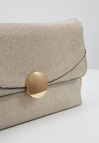 Dorothy Perkins - CIRCLE HARDWARE - Clutch - gold - 6