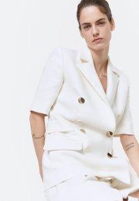 Uterqüe - MIT GOLDFARBENEN KNÖPFEN - Short coat - white - 4