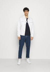 Tommy Hilfiger - NEW SMALL LOGO TEE - T-shirt med print - desert sky - 1