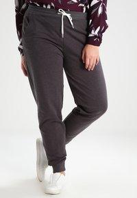 Zalando Essentials Curvy - Pantalones deportivos - dark grey melange - 0