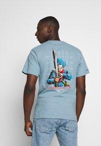 Primitive - SHADOW TRUNK TEE - Print T-shirt - slate - 0