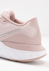 Nike Performance - RENEW RUN - Juoksukenkä/neutraalit - barely rose/metallic red bronze/white/stone mauve/smokey mauve - 5