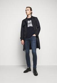 HUGO - DOLIVE - T-shirt imprimé - dark blue - 1