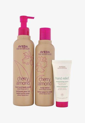 AROMA BODY CARE CHERRY ALMOND - Bath and body set - -