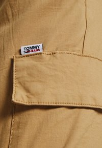 Tommy Jeans - ETHAN JOGGER - Cargo trousers - classic khaki - 4