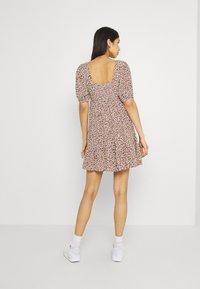 Forever New - OLYMPIA BABYDOLL MINI DRESS - Robe d'été - brown - 2