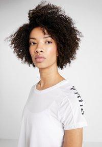 Puma - LOGO GRAPHIC TEE - Print T-shirt - puma white - 3