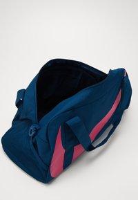 Nike Sportswear - GYM CLUB UNISEX - Bolsa de deporte - valerian blue/valerian blue/(watermelon) - 4