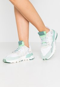 adidas Originals - NITE JOGGER  - Zapatillas - footwear white/alumin - 0