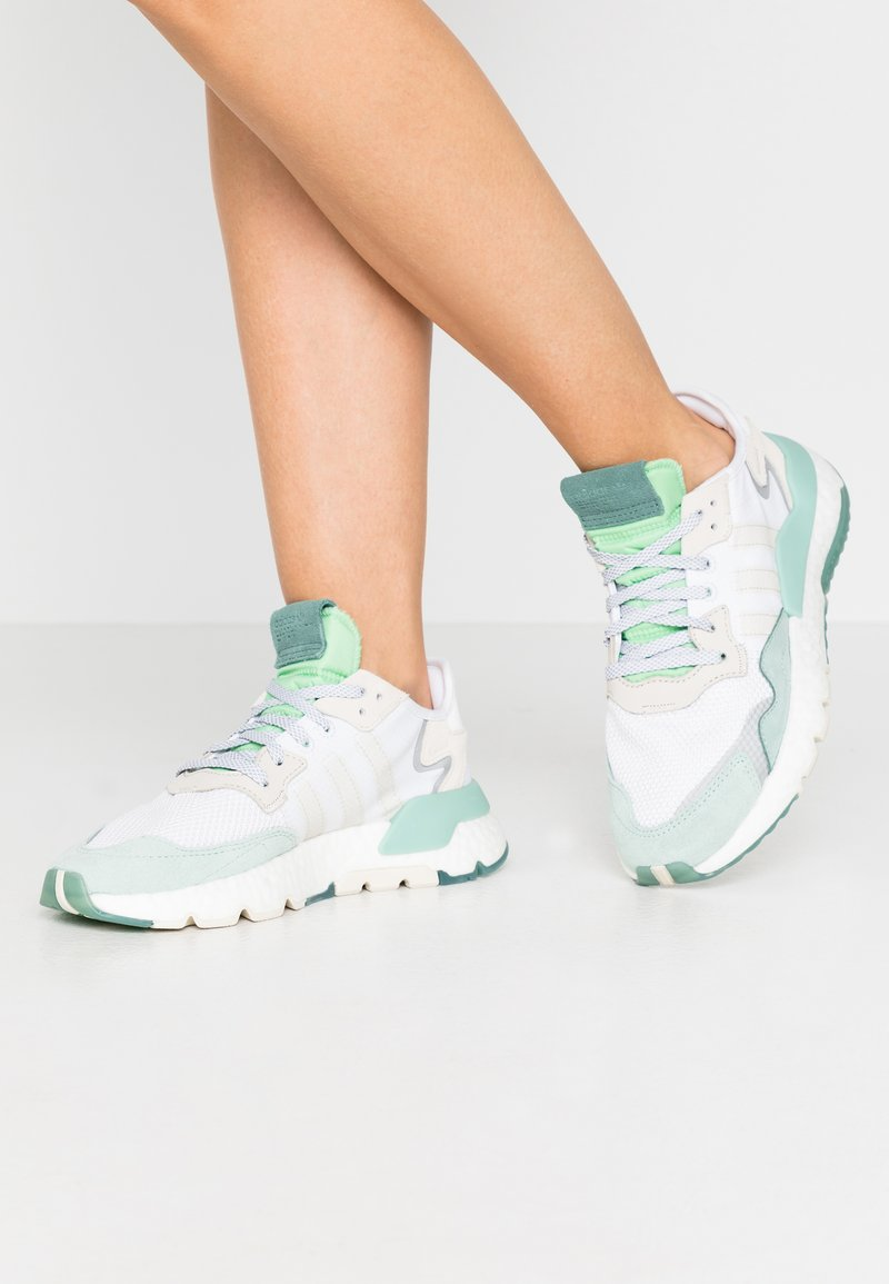 adidas Originals - NITE JOGGER  - Zapatillas - footwear white/alumin